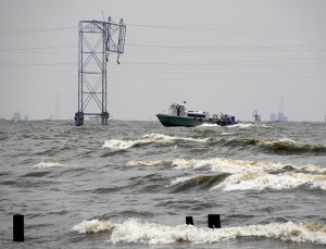 PDVSA vessel speeds past collapsing high-voltage tower on Lake Maracaibo, October 2009.