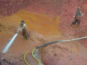 Artesanal miners with hose, Las Cristinas, January 2009.